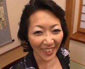 【柴田由加利 白鳥祥子】若いチンポに照れながらもワレメが疼く2人の五十路おばちゃん!