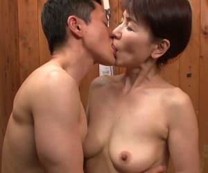 【内原美智子】吸い付いたら離さない還暦母と息子の近親相姦接吻交尾!