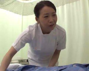 五十路ナースの看護師パンツが張り付いたデカ尻に興奮する患者
