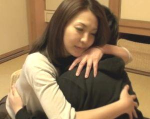 【艶堂しほり】10年ぶりに再会した四十路熟女と息子のいきすぎた愛情表現