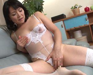 【竹宮かほり】五十路熟女の友人の母親がセクシーな勝負下着に着替えていて…